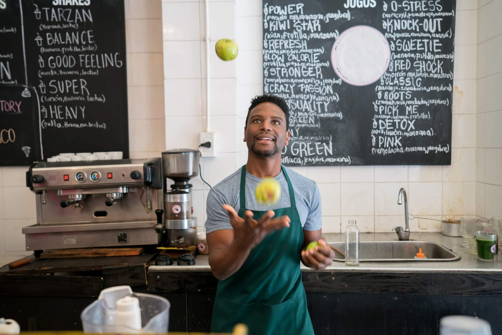 Barista juggling apples at a coffee shop
